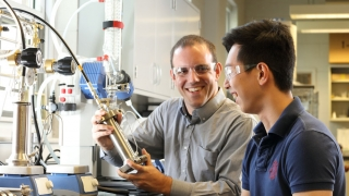 Kevin Chang and Geoff Geise in the Geise Lab