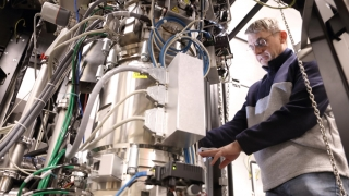 Helge Heinrich inspects connections at the Themis Z sample holder