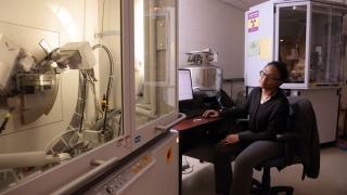 Niquana Smith monitors progress of the NMCF's X-ray diffractometer